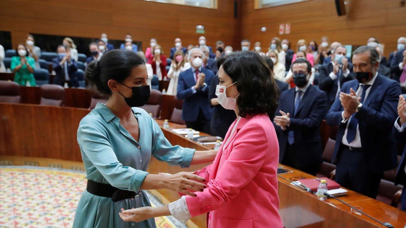 Ayuso y Monasterio se saludan tras el debate de investidura en la Asamblea de Madrid