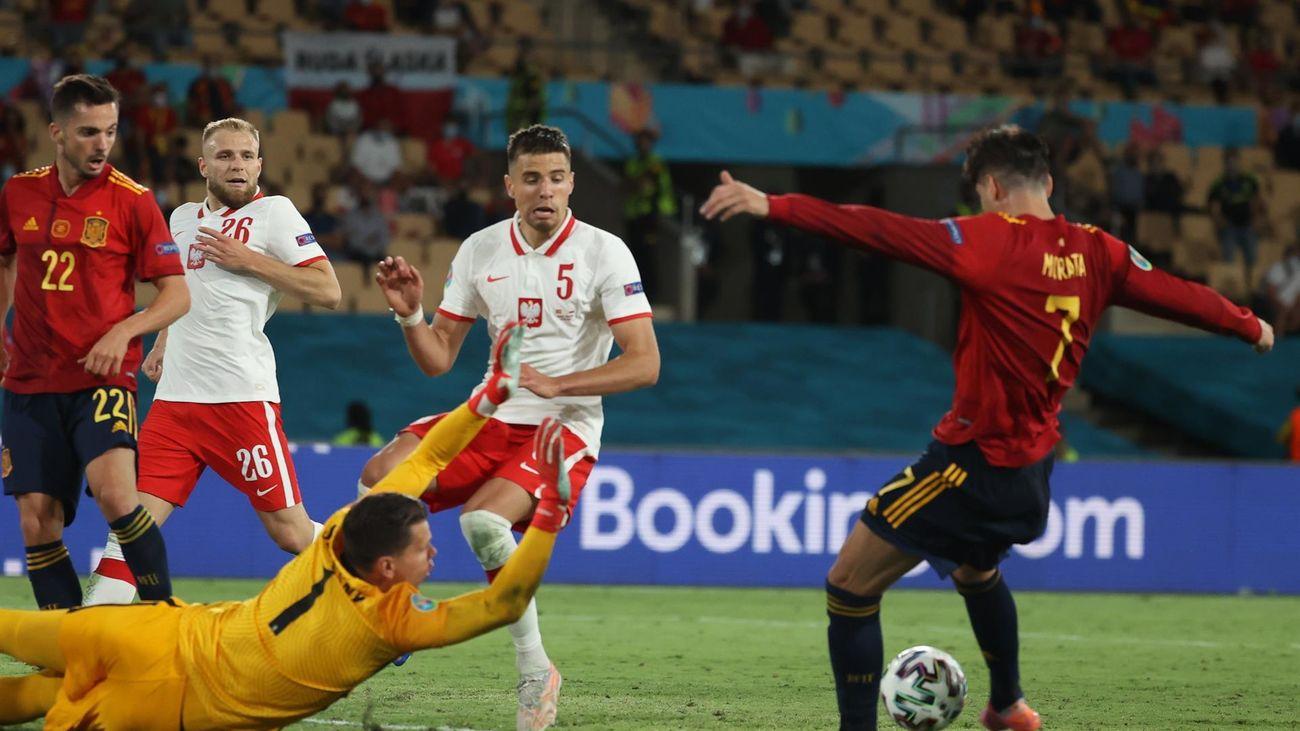El delantero de la selección española Álvaro Morata  ante el portero de Polonia, Wojciech Szczęsny