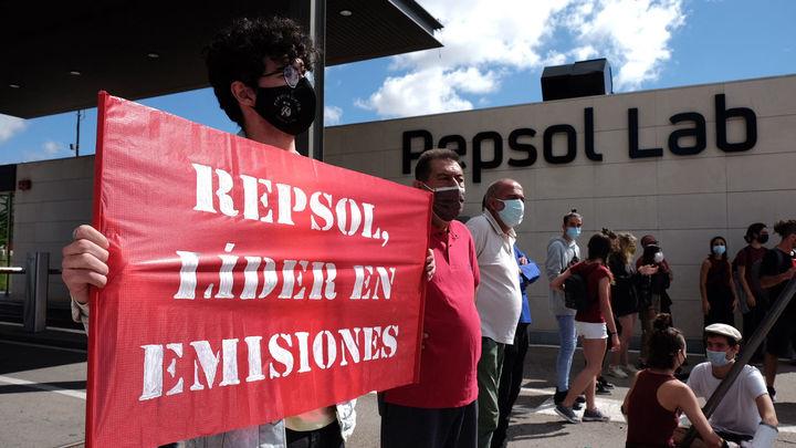 Un centenar de activistas protestan ante las instalaciones de Repsol en Móstoles