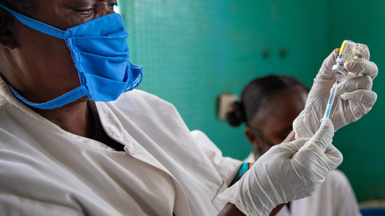 Campaña de vacunación en una población africana