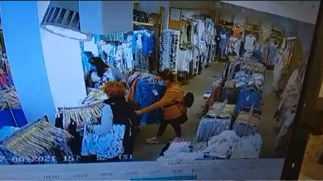 Carteristas en tiendas de Vallecas, pilladas por las cámaras