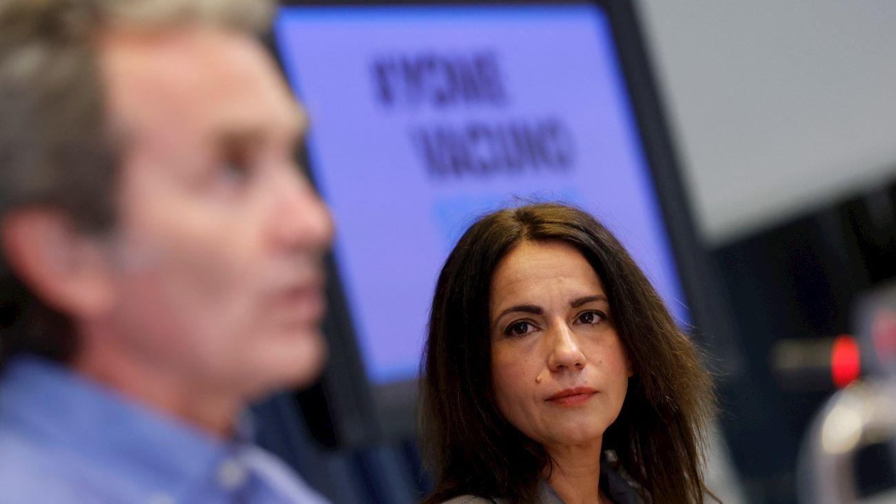 Silvia Calzón, secretaria de Estado de Sanidad, atiende las explicaciones Fernando Simón