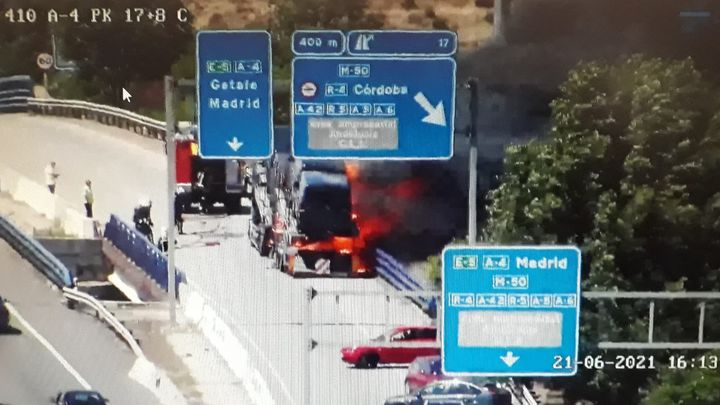 Arde un camión que transportaba una furgoneta en la A-4 a la altura de Getafe