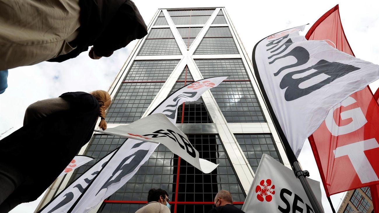 Trabajadores de Caixabank se manifiestan en las Torres Kio en Madrid durante su jornada de huelga contra el ERE planteado por el banco