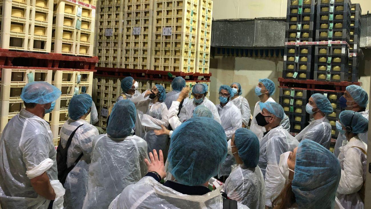 Grupo de investigadores visitantes en una quesería de Campo Real