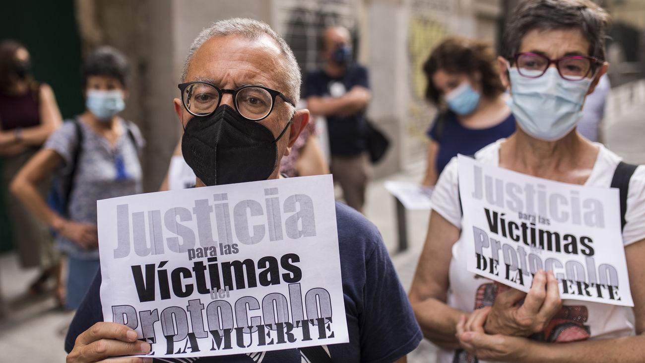Participantes en una manifestación por la gestión de los geriátricos durante la pandemia