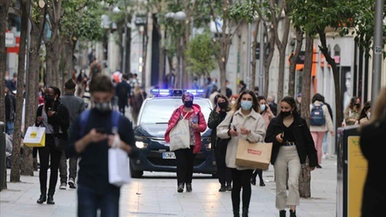 Personas caminan por una calle comercial