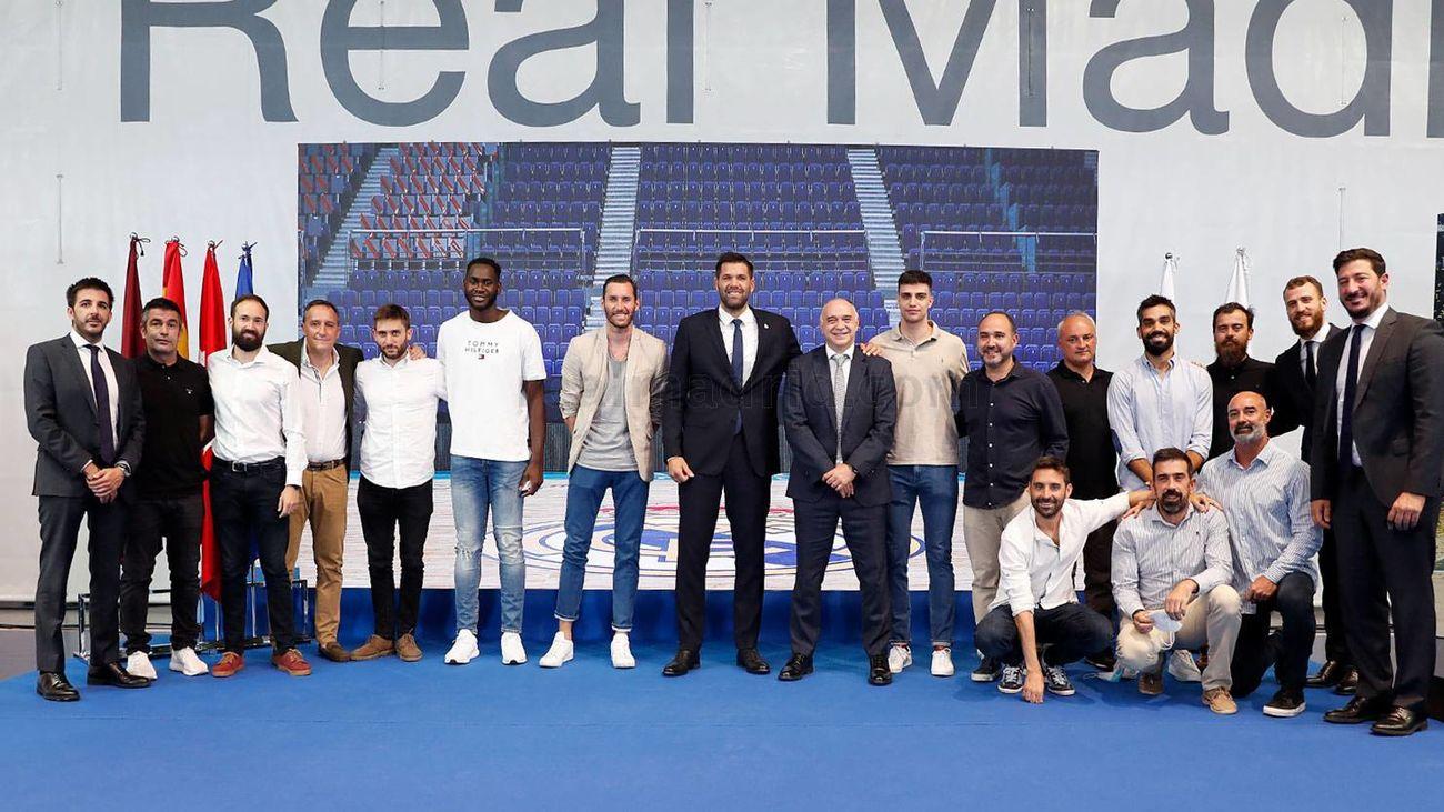 Felipe Reyes arropado por sus compañeros del Real Madrid