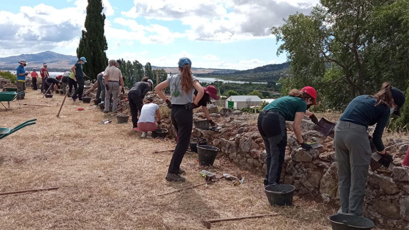 Trabajos iniciales sobre uno de los muros del 'Castillo Viejo' de Manzanares El Real