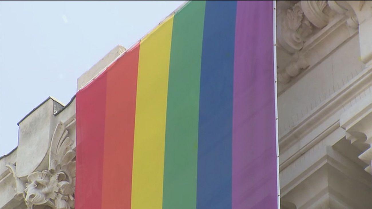 Madrid estudia donde ondear la bandera LGTBI  al no poder hacerlo en Cibeles