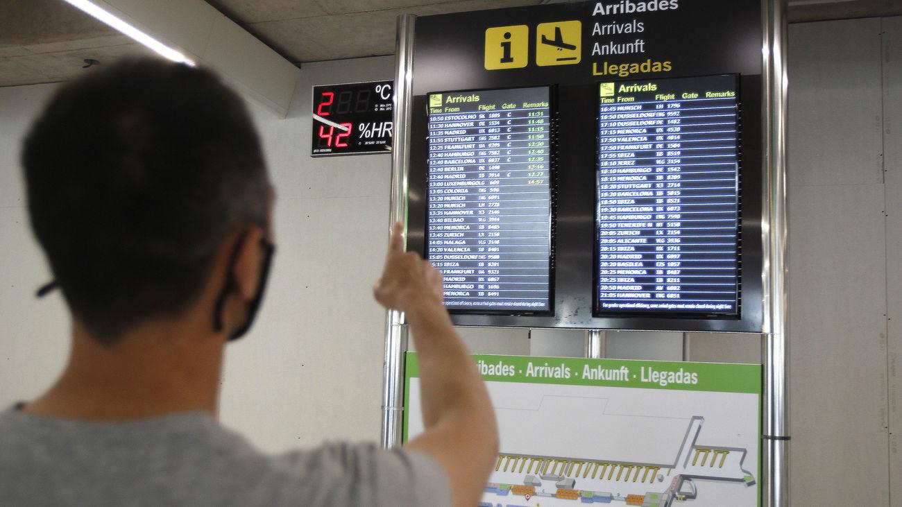 Joven en el aeropuerto de Palma de Mallorca