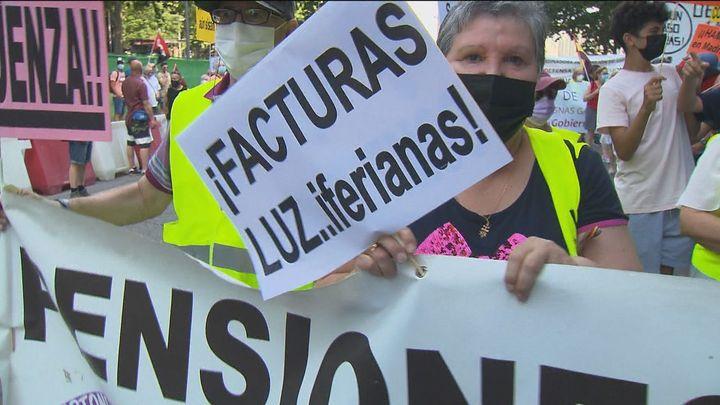 Protestan en defensa de los servicios públicos y contra la subida de la luz
