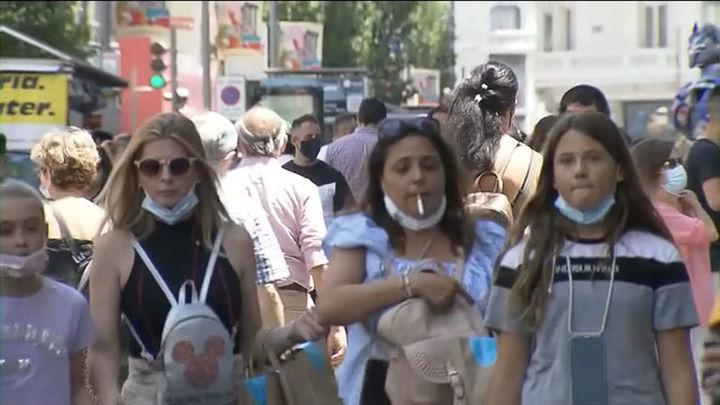"""El Gobierno salva su """"decreto de la sonrisa"""": la mascarilla seguirá siendo opcional al aire libre si hay distancia"""
