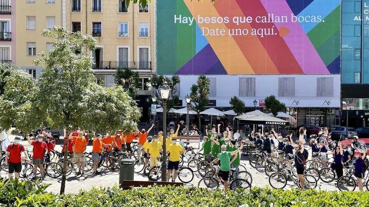 Más Madrid realiza una ruta en bicicleta para exigir a Almeida que despliegue la bandera LGTBI en Cibeles