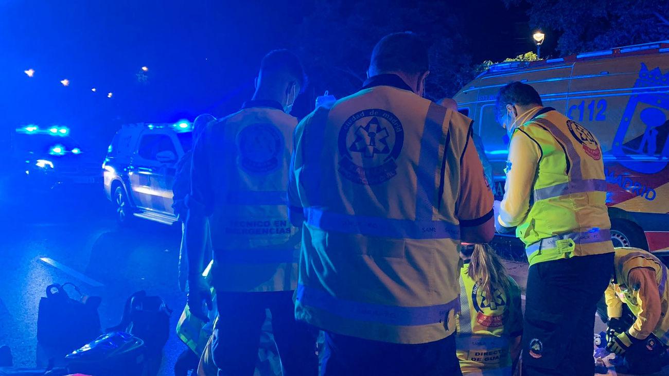 Sanitarios del Samur atendiendo a la víctima del accidente