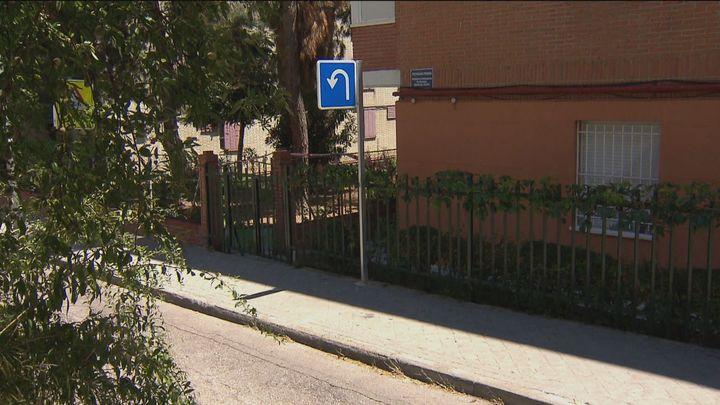 La odisea de los vecinos de una calle de Aluche para llegar a sus garajes