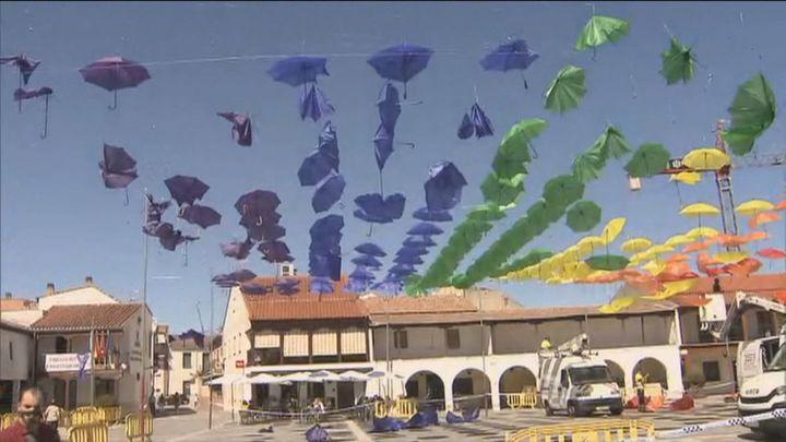 Paraguas, pancartas y flores en los ayuntamientos y una gran bandera en la Gran Vía para celebrar el Orgullo