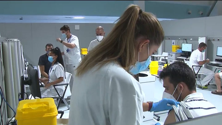 Éxito de la vacunación nocturna en Madrid, con casi 2.000 vacunados en el Zendal esta madrugada