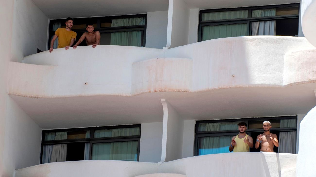 Varios de los jóvenes que permanecen en aislamiento en el hotel Palma Bellver de Palma