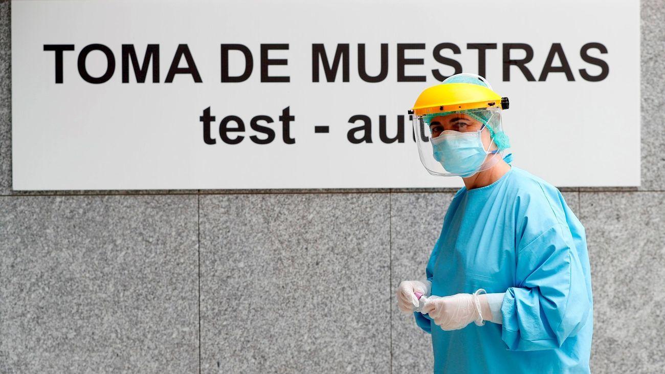 Un sanitario a las puertas de un hospital