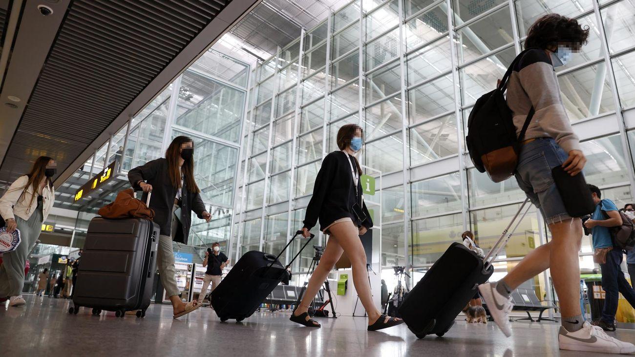 Jóvenes madrileños en el aeropuerto de Mallorca