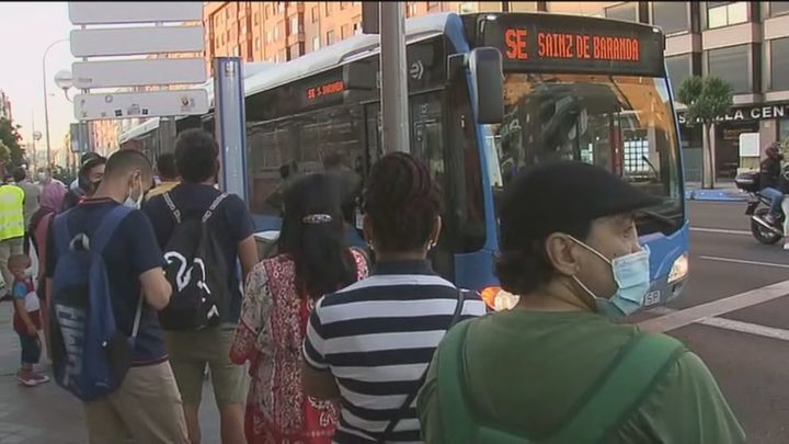 Largas colas para coger los buses alternativos por el corte por obras de la Línea 6 de Metro