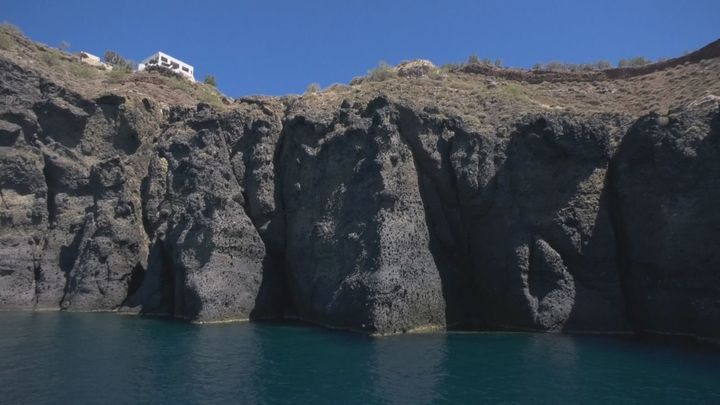 Navegamos por la caldera volcánica de Santorini