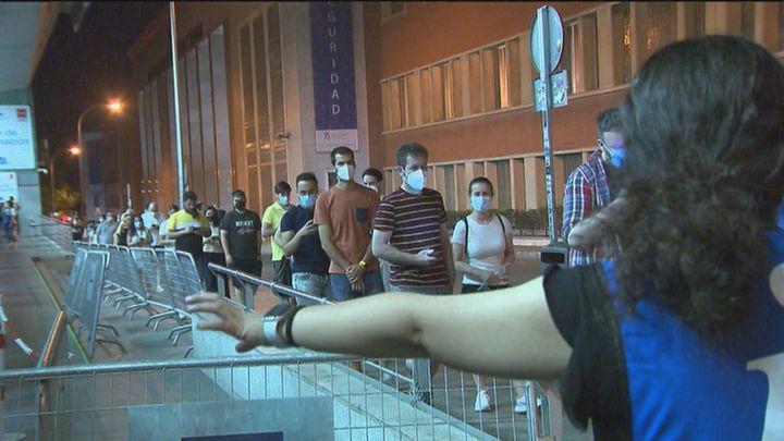 Gran afluencia de madrileños durante toda la noche en el WiZink Center para vacunarse