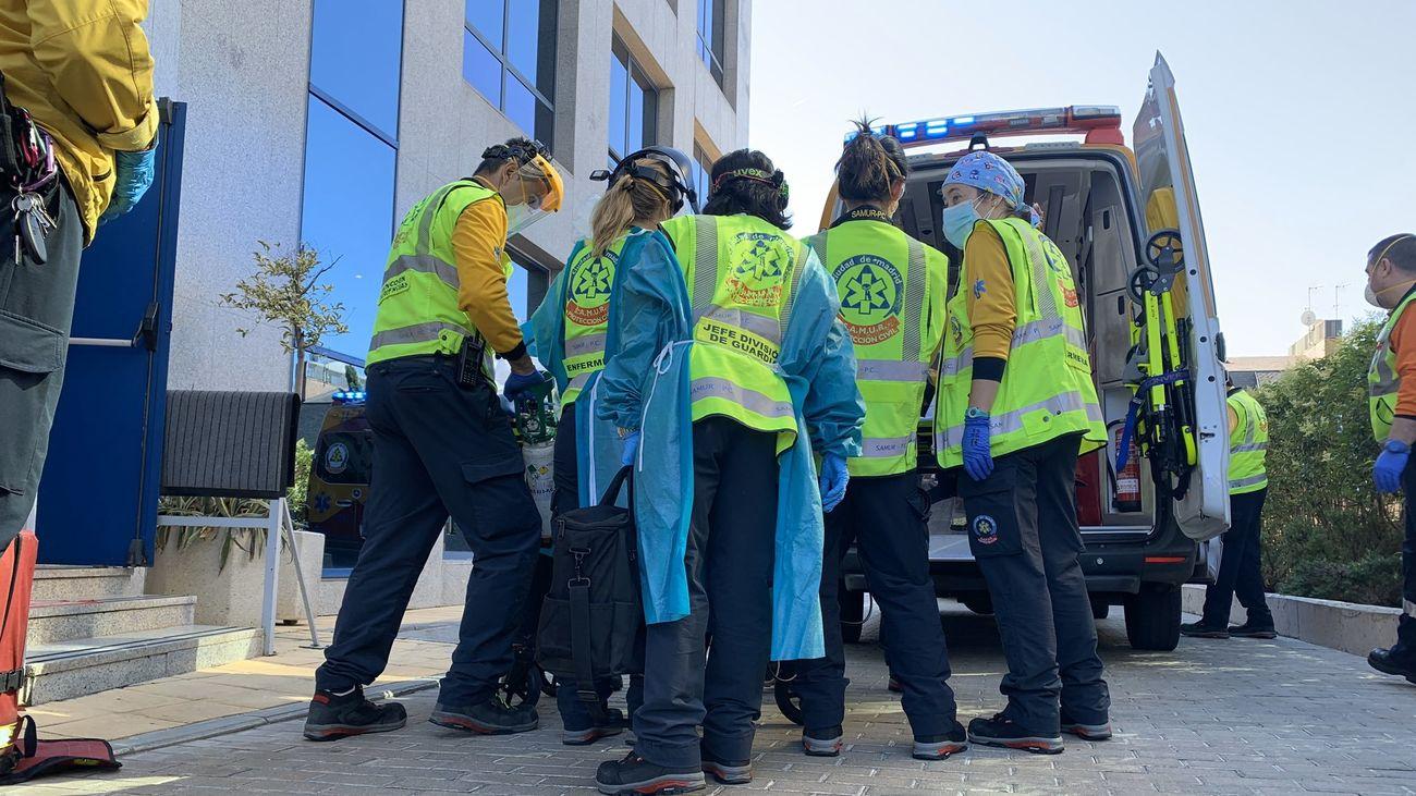 Sanitarios del SAMUR trasladan al herido a la ambulancia