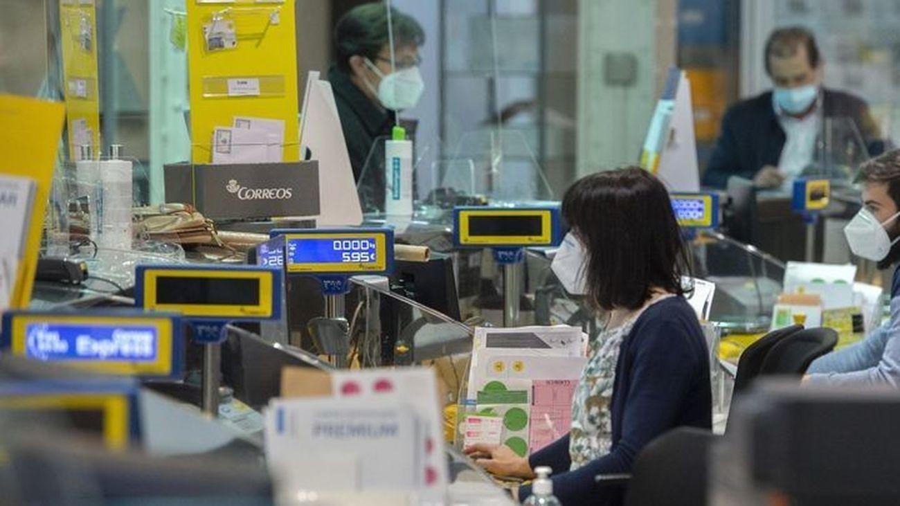 Trabajadores en una oficina de Correos