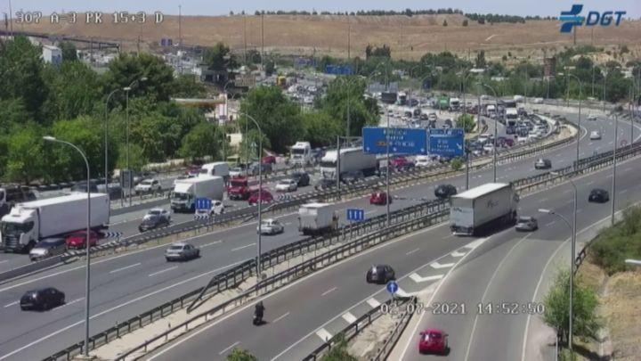 Retenciones y tráfico denso en todas las salidas de Madrid en la primera operación del verano