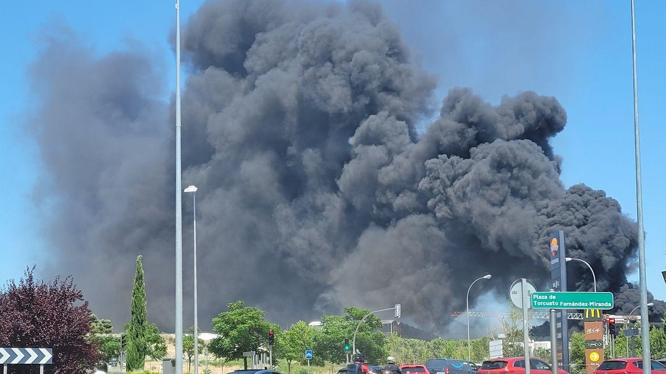 La intensa columna de humo por el incendio en un centro comercial en construcción en Mirasierra