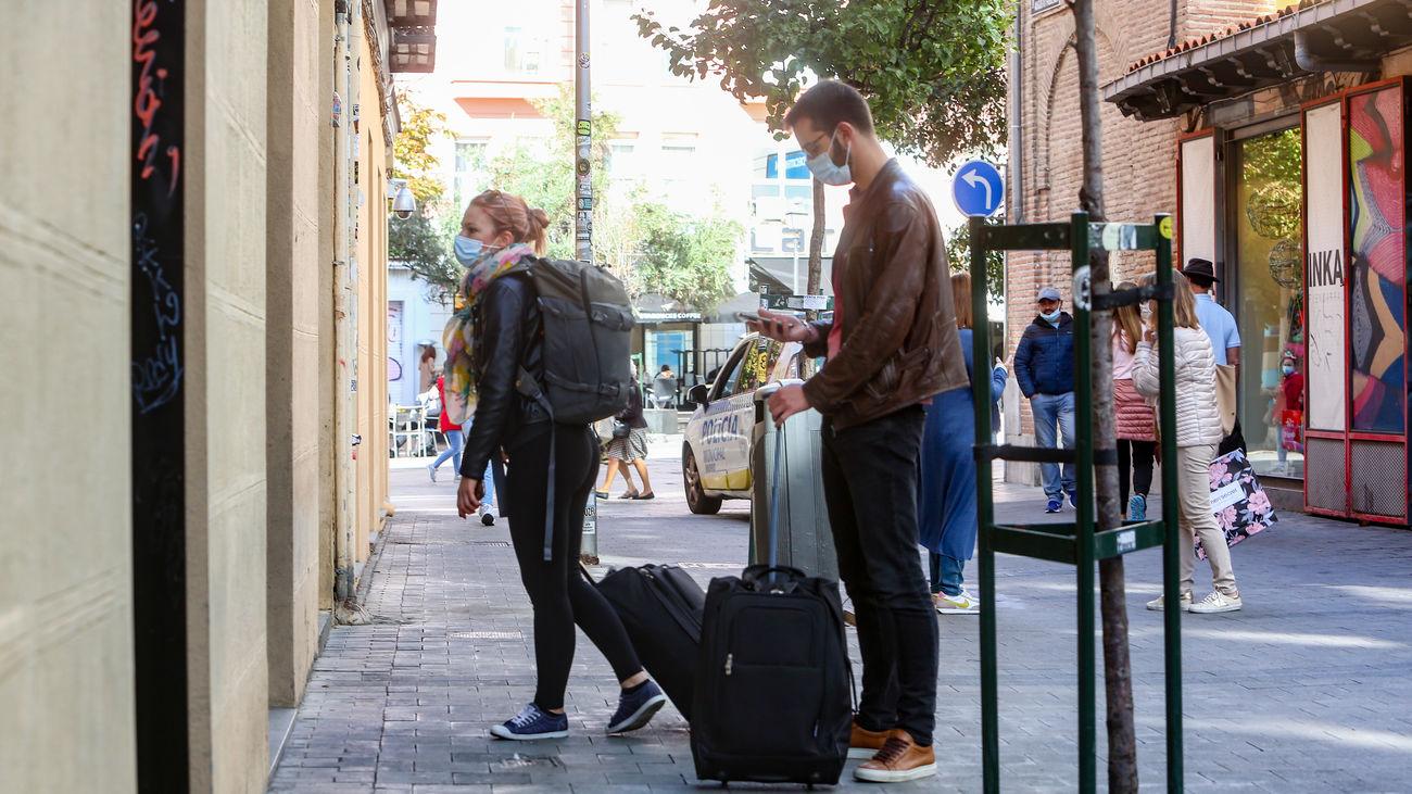 Una pareja con maletas