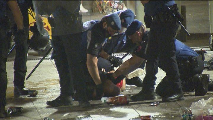 Desalojan el macrobotellón de la plaza  Pedro Zerolo, con un detenido por tirar objetos a la Policía