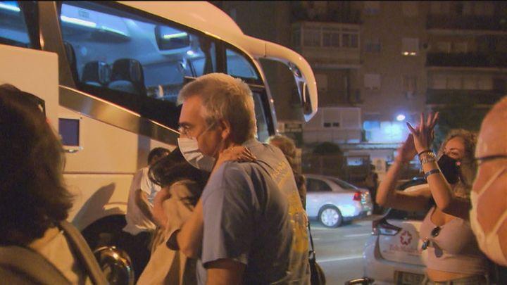 Los 20 estudiantes confinados en Palma llegan a Madrid en un bus habilitado por la Comunidad