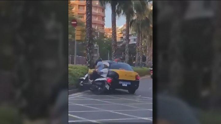 Un taxista embiste a un motorista en Barcelona y se da a la fuga