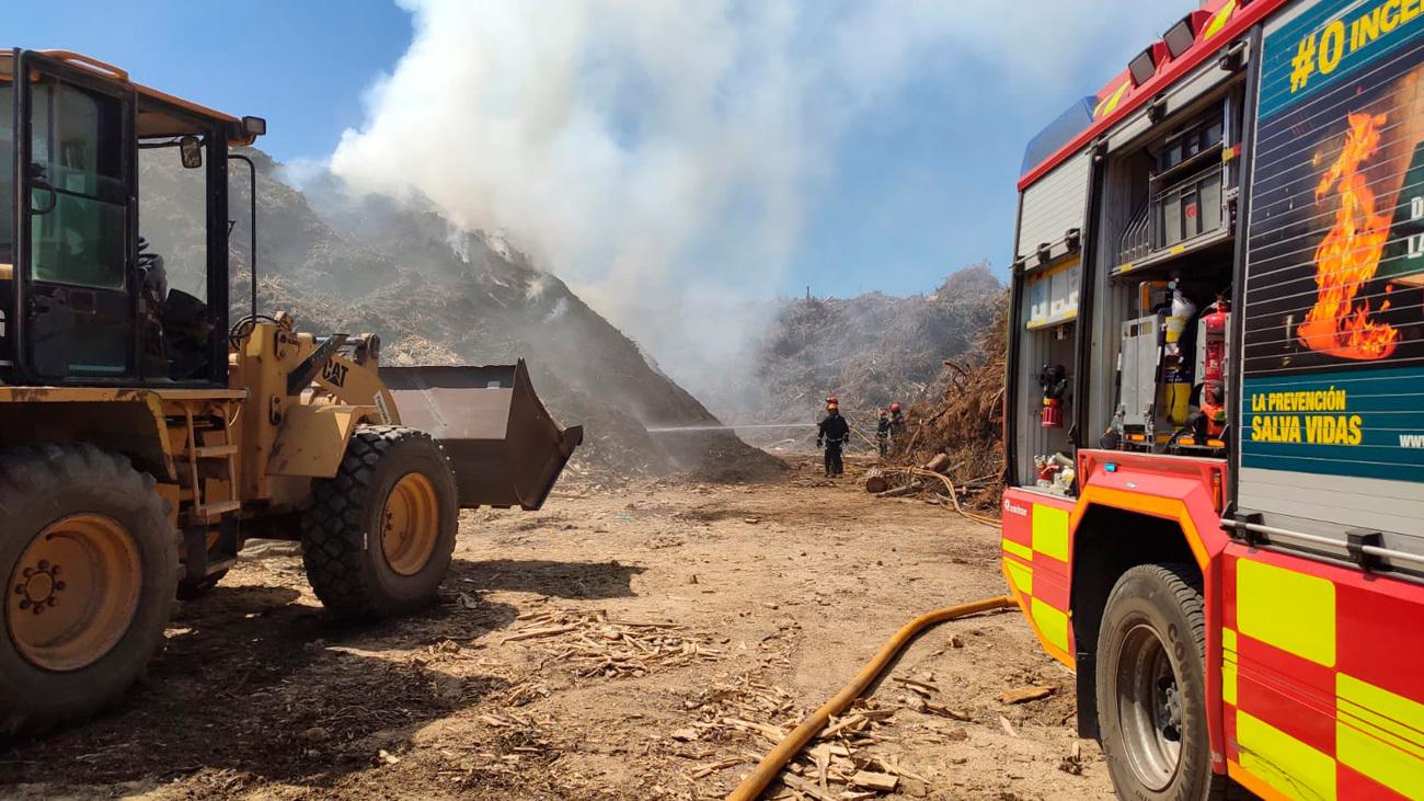Bomberos de la Comunidad de Madrid trabajan en el incendio de San Sebastián de los Reyes