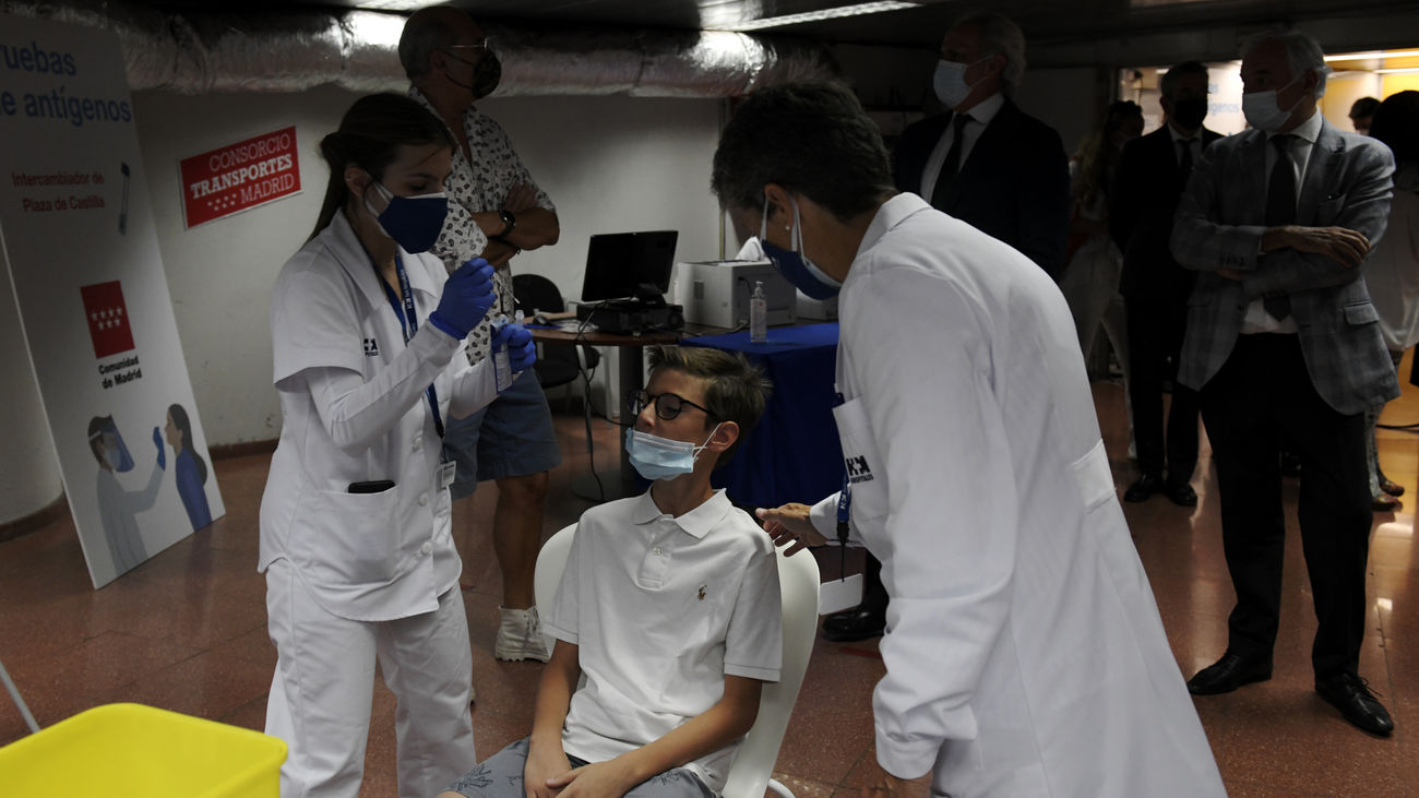Sanitarios realizan un test de antígenos a un niño en Plaza Castilla
