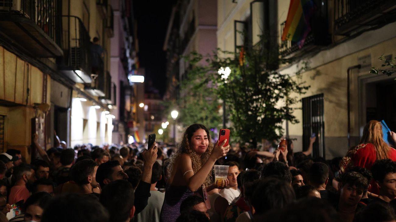 Cientos de personas en el barrio madrileño de Chueca celebrando el día del Orgullo LGTBI