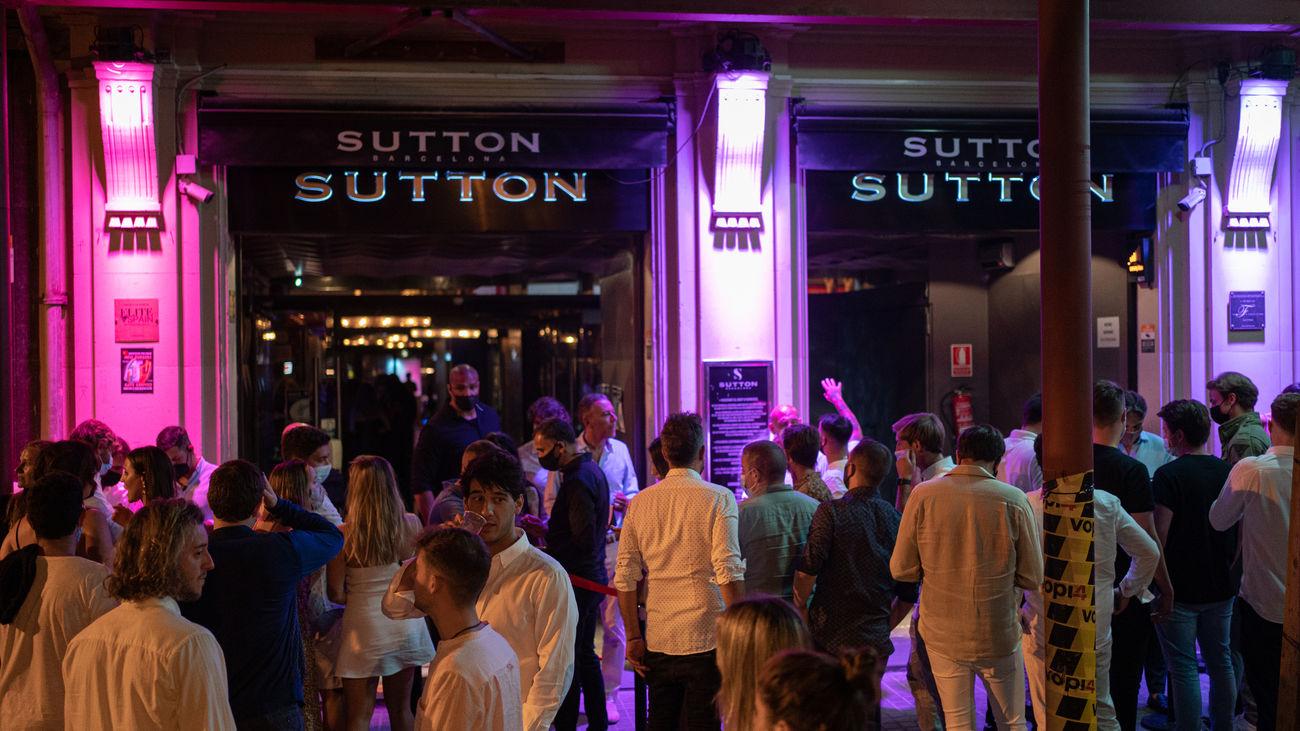 Jóvenes a las puertas de una discoteca de Barcelona