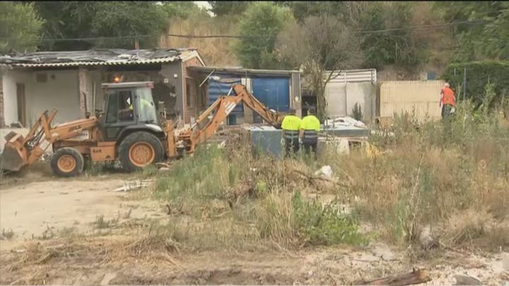 Vuelven las excavadoras para concluir el derribo de las chabolas del poblado de Las Sabinas