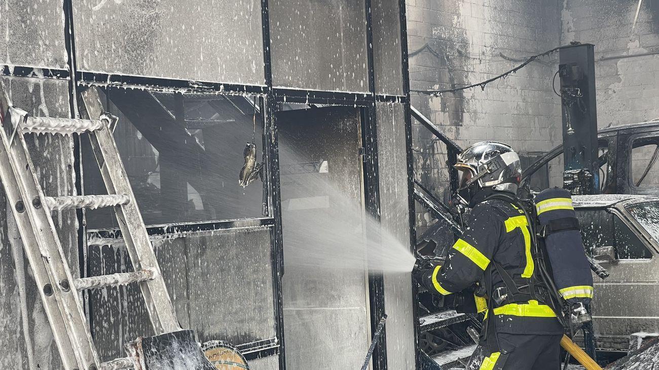 Un bombero de la Comunidad de Madrid ataca el fuego dentro de la instalación