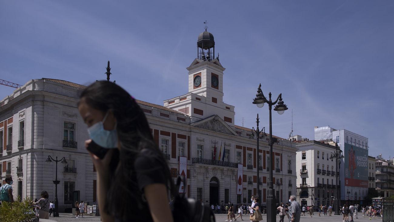 Chica con mascarilla en la Puerta del Sol