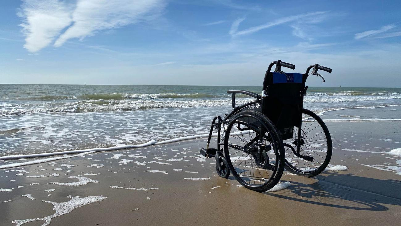 Una silla de ruedas en una playa