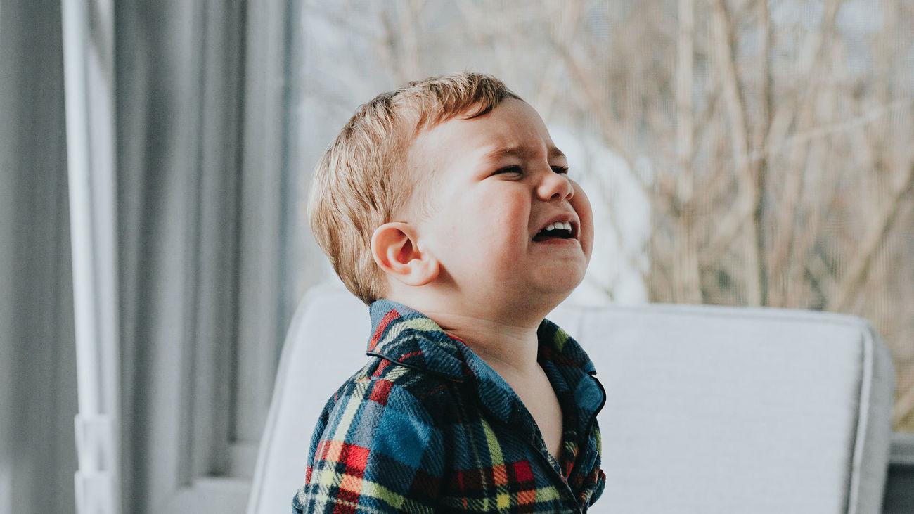 Un niño pequeño llorando