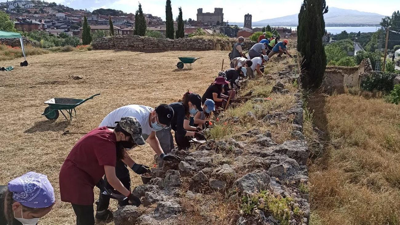 Trabajos en la excavación del Castillo Viejo de Manzanares El Real