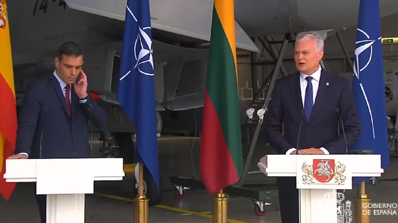 Interrumpida la rueda de prensa de Sánchez en Lituania por una alerta de seguridad