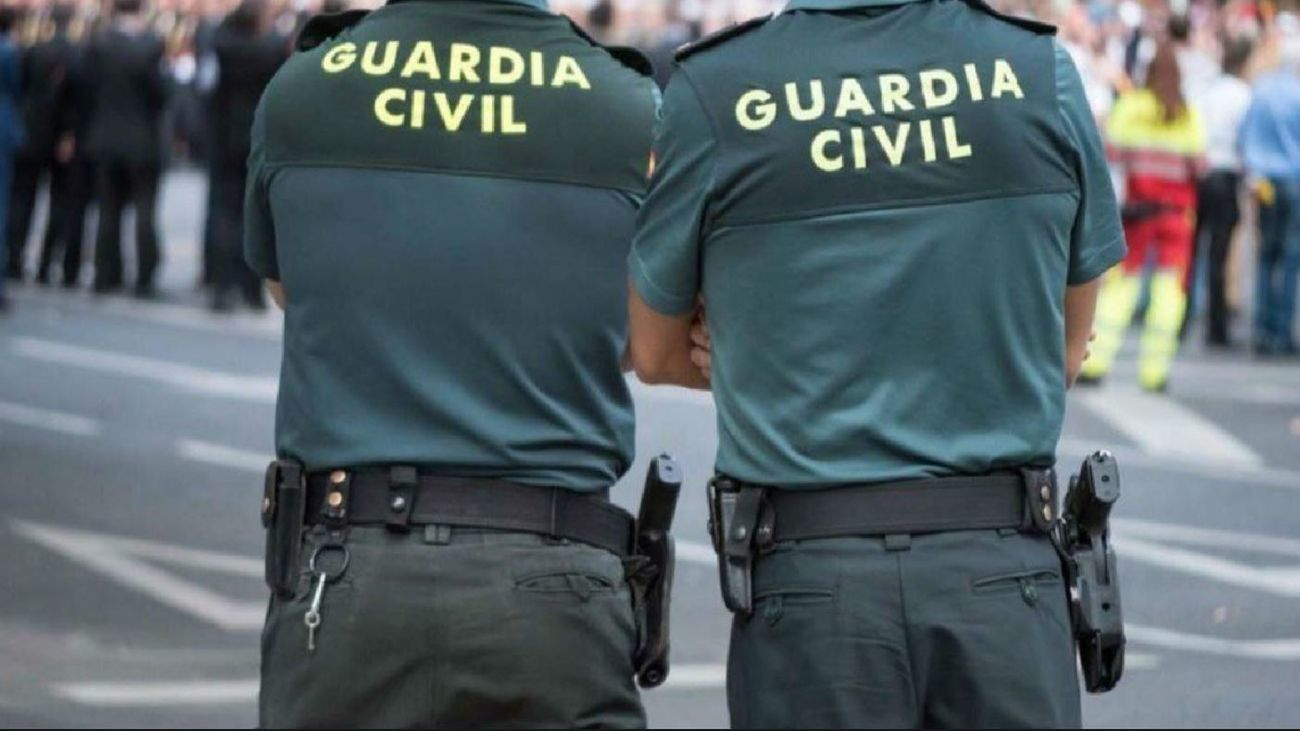 Agentes de Guardia Civil de patrulla en la calle