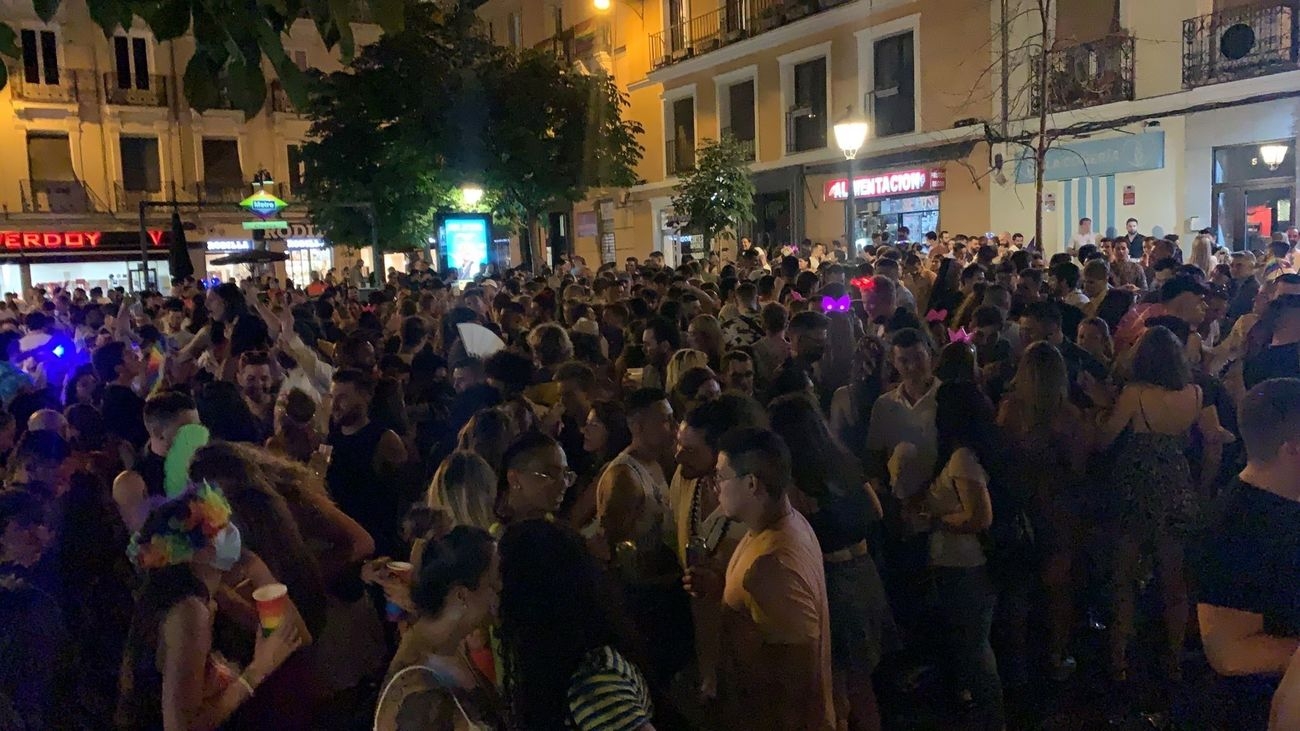 Botellón en la Plaza de Chueca en las fiestas del Orgullo