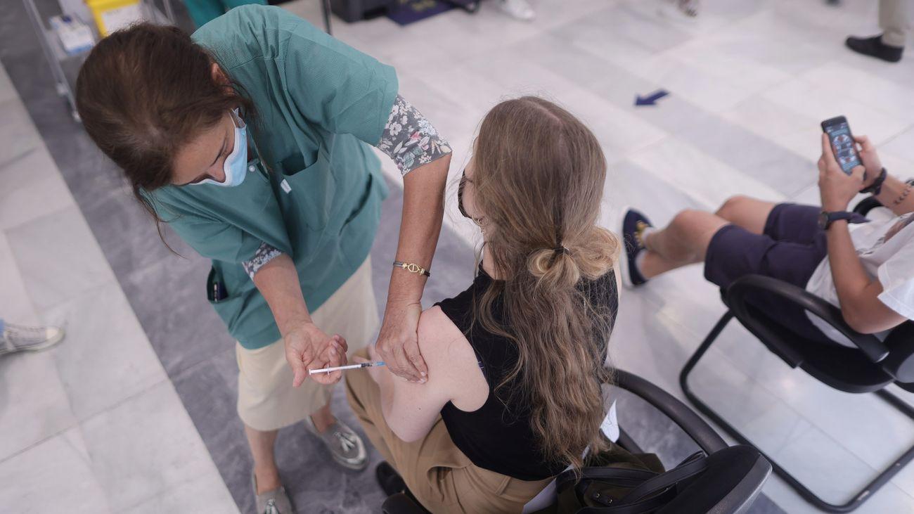 Una joven se vacuna contra el coronavirus en Madrid